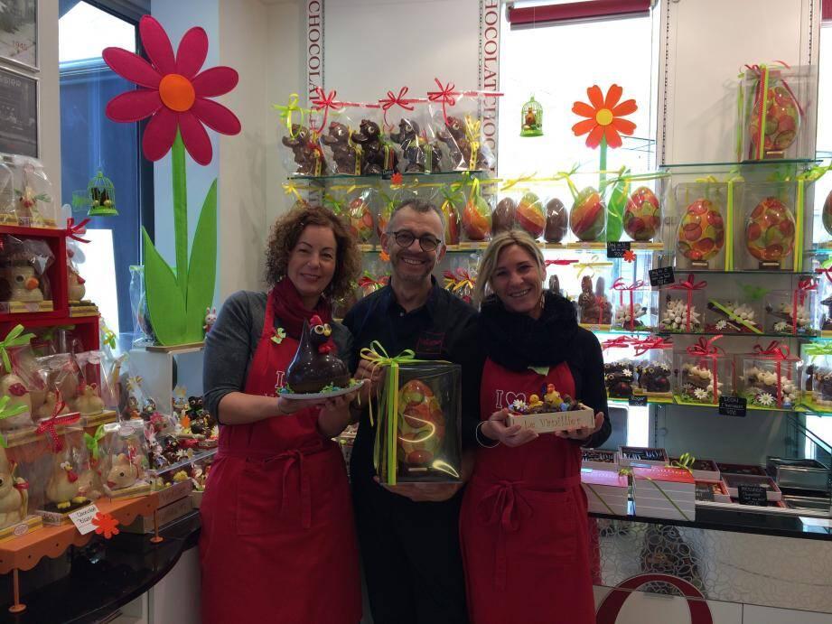 Chez Cauvin, rue Blacas : des lampions, des fleurs et des chocolats mis en scène par Jean-François et Viktoria avec une poupée japonaise et un samouraï qui font le buzz auprès des clients et des passants.