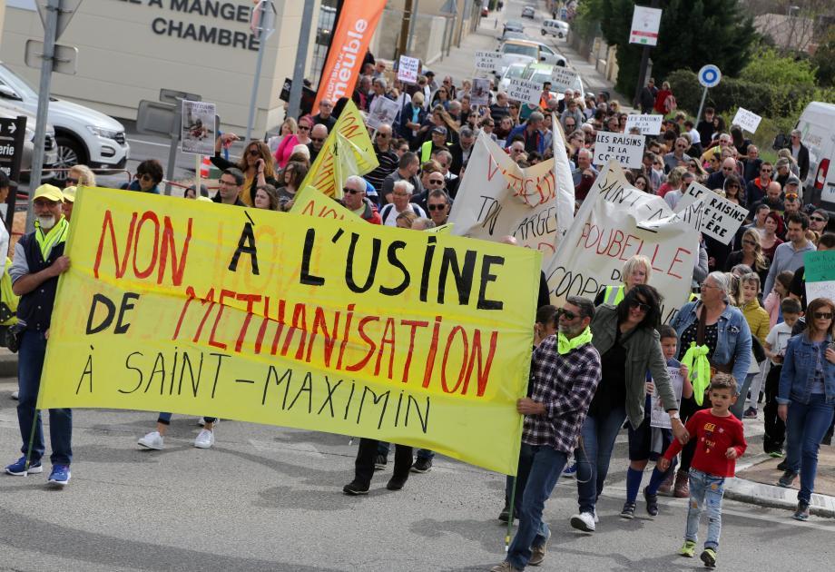 Succès pour la marche de protestation avec plus de 300 personnes rassemblées contre le projet industriel sur le site de l'ancienne distillerie.
