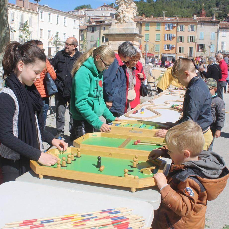 Les jeux en bois ont attiré beaucoup de jeunes.