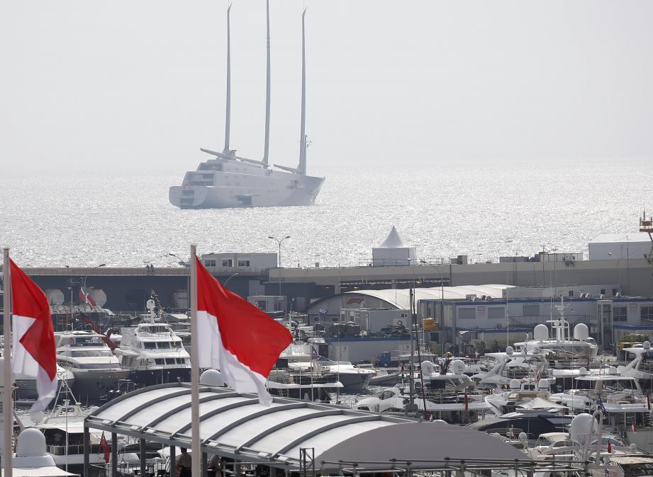 Le voilier A à l'entrée du port Hercule à Monaco.