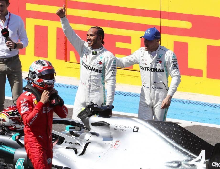 Pouce levé, Lewis Hamilton savoure sa nouvelle pole au Castellet. Il partira devant son coéquipier Bottas et le Monégasque Charles Leclerc (en rouge).