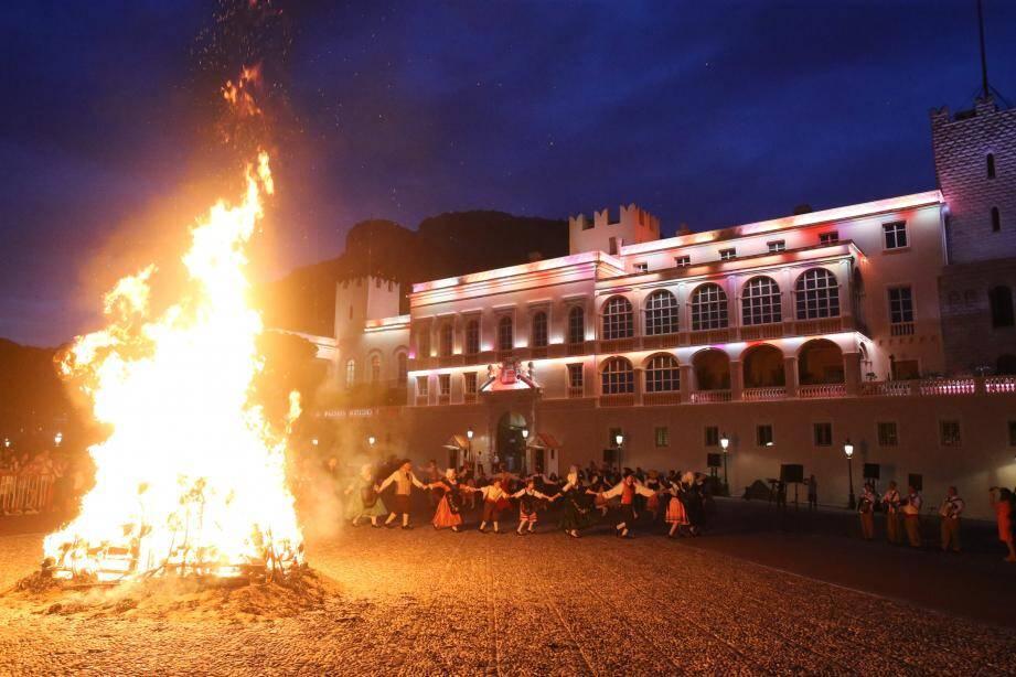 Les groupes folfloriques, dont la  Palladienne de Monaco, ont exécuté, en musique, les danses traditionnelles autour du feu.