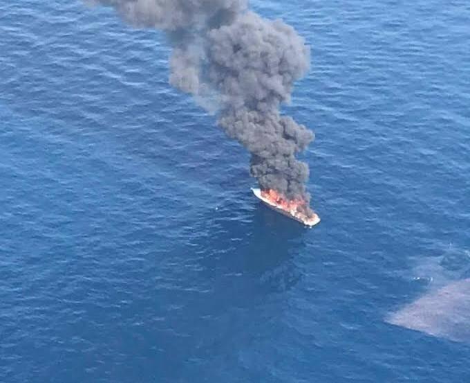 """Ce mardi matin, le yacht """"Laska"""" s'est enflammé pour des raisons encore inconnues au large du port de San Peire, aux Issambres (Roquebrune-sur-Argens)."""