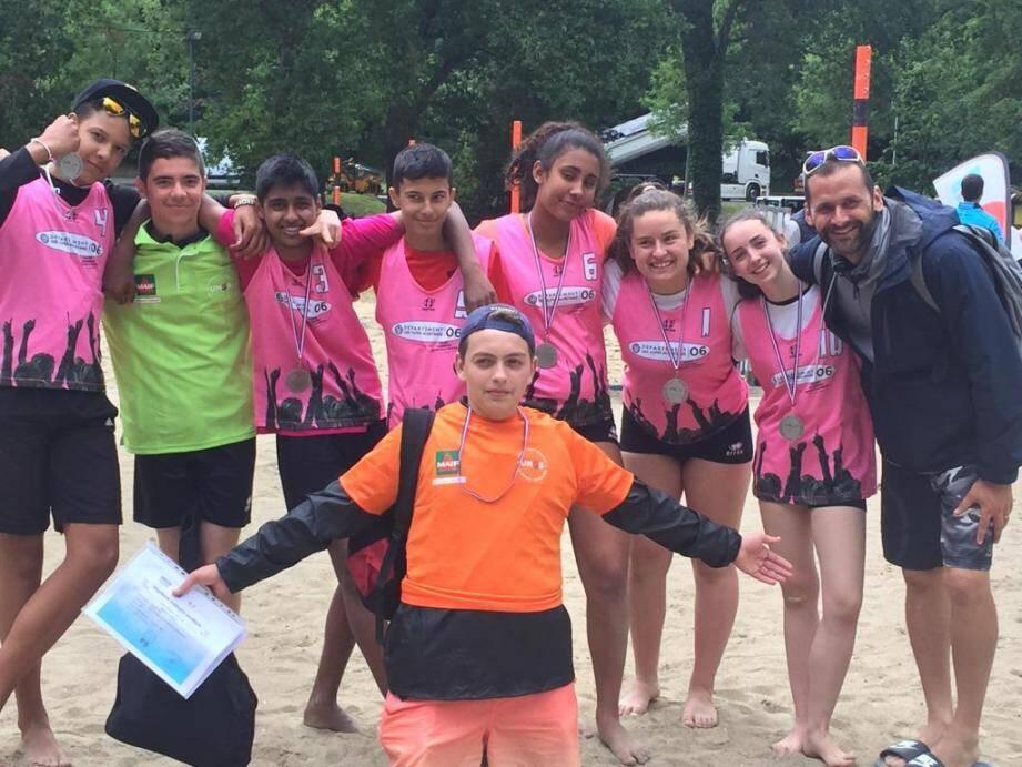 L'équipe de beach-volley des Mimosas Mandelieu, médaille d'argent aux France.DR