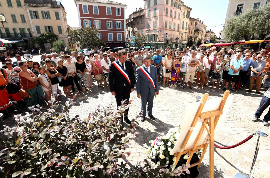 Le maire d'Ollioules (à droite), accompagné de son homologue de Vesoul, ville dont Catherine Santos était originaire. Lors de la cérémonie, la vie s'est arrêtée au cœur du village provençal.