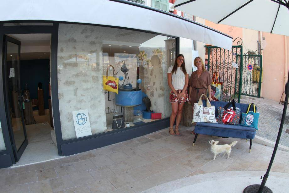 Les jeunes créatrices Héléna et Brigitte devant leur boutique.