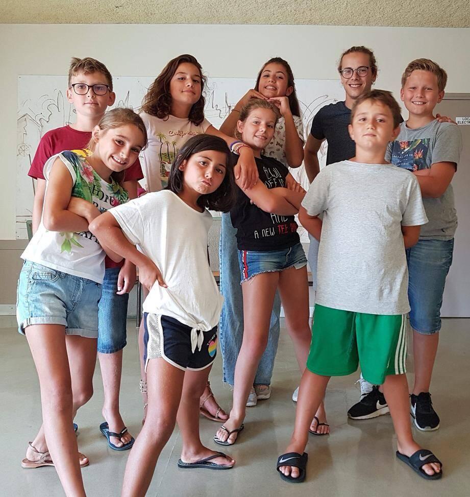 De gauche à droite Faustine, Ella, Victoria, Arthur, puis Ethan, Hanaé, Mayline, Théo et Thibault, tous désireux de poursuivre des cours de théâtre.