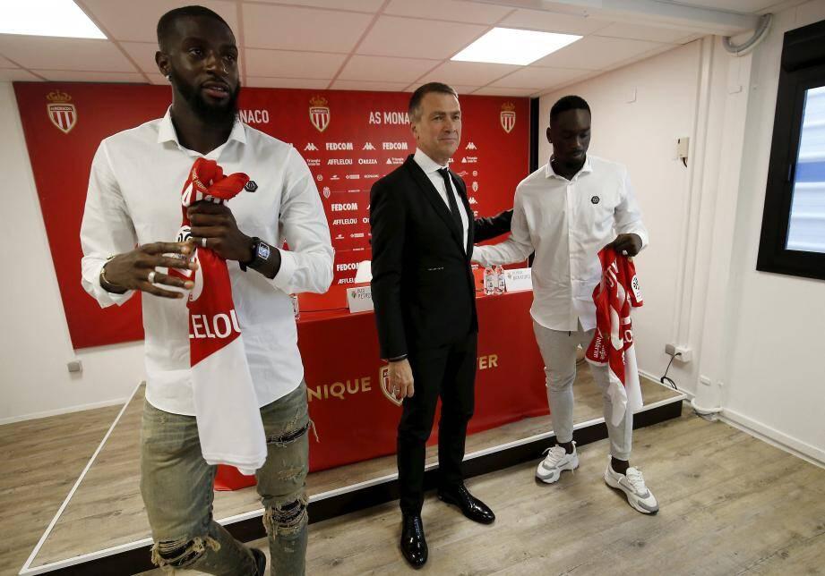Bakayoko et Augustin entourent Oleg Petrov, vice-président de l'AS Monaco.
