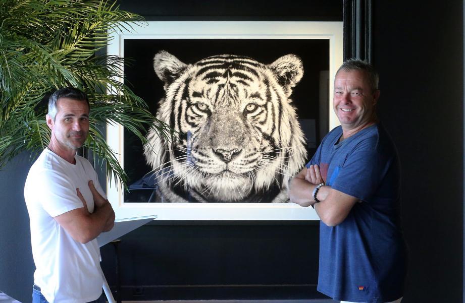 Kevin Richardson, l'homme qui murmurait à l'oreille des lions, accompagne David Yarrow, à droite,  le photographe animalier le plus côté du moment.