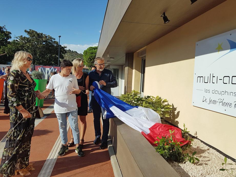 Christine Rocheton, Corinne et Romain dévoilent, avec le maire Philippe Leonelli, la plaque en hommage fondateur du centre multi-accueil.
