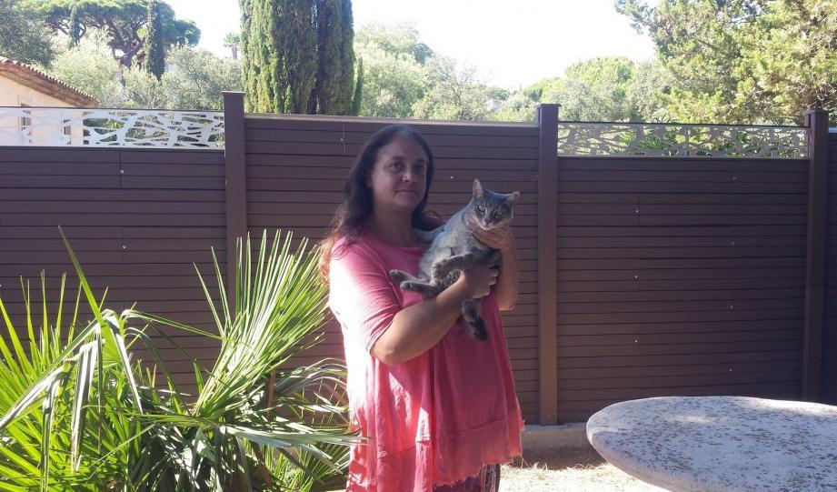 Élodie est brisée après la perte de ses chats. La mort de Coco, empoisonné, la laisse inconsolable.