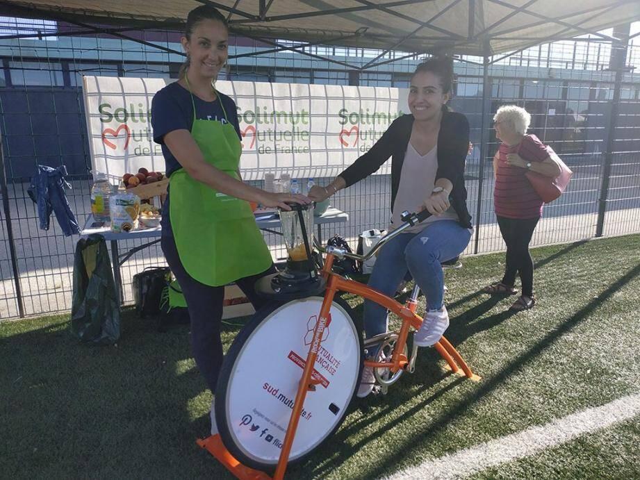 Aurélie et Audrey, diététiciennes, ont fait pédaler les participants pour notamment réaliser un smoothie de fruits et légumes.
