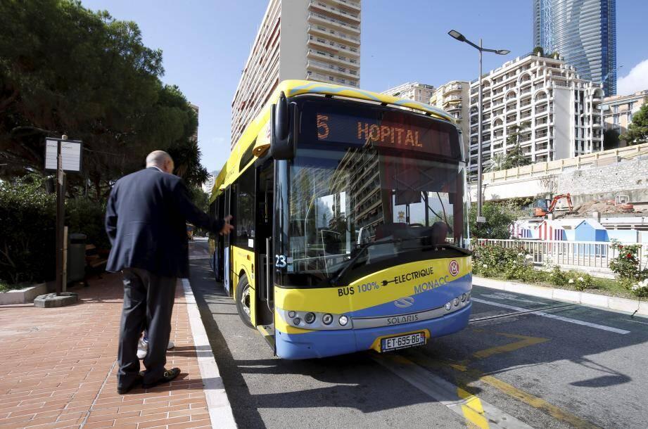 En test sur la ligne 5, l'autobus jaune et bleu a commencé ses manœuvres ce lundi matin.