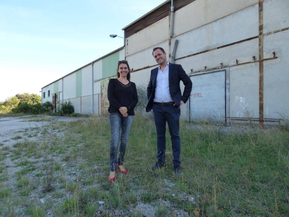 Limiter la circulation des voitures et favoriser les espaces verts ont fait partie de la ligne de conduite dans la conception du programme. Cécile Gérard, chargée commerciale pour Arcade et Sylvain Pirollet, architecte.