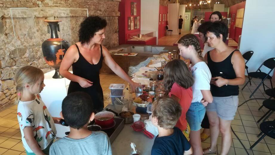Dans les murs du Bastion Saint-André, enfants et adultes découvrent des techniques ancestrales.