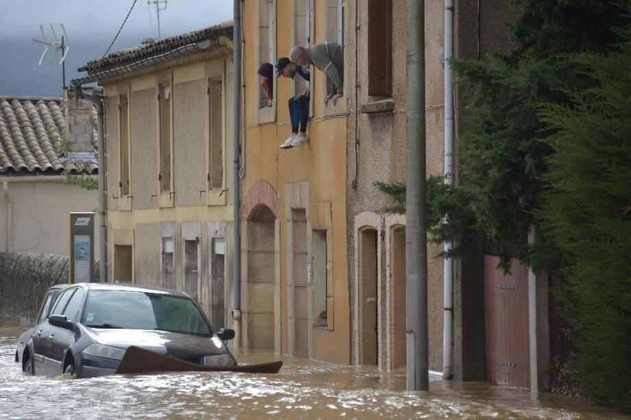 Des habitants de Trèbes à leur fenêtre lors des inondations meurtrières qui ont frappé l'Aude, le 15 octobre 2018