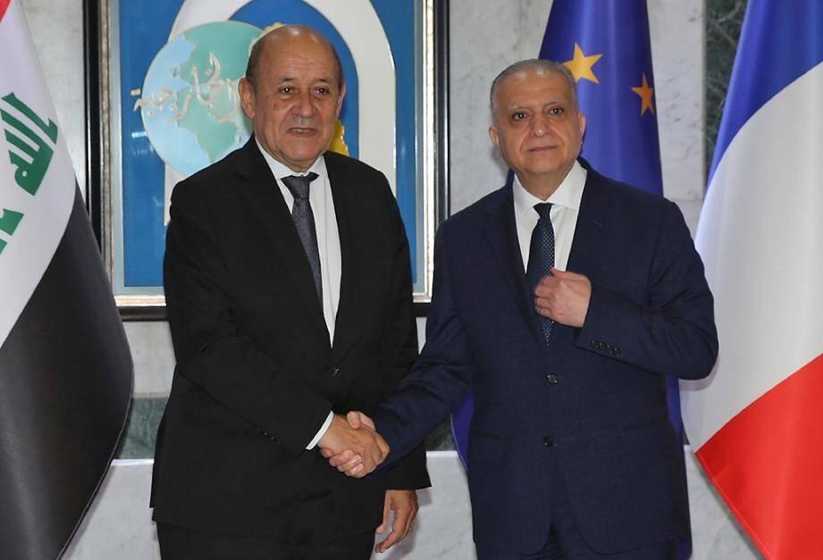 Le ministre irakien des Affaires étrangères Mohammed Ali al-Hakim (d) et son homologue français Jean-Yves Le Drian, le 17 octobre 2019 à Bagdad