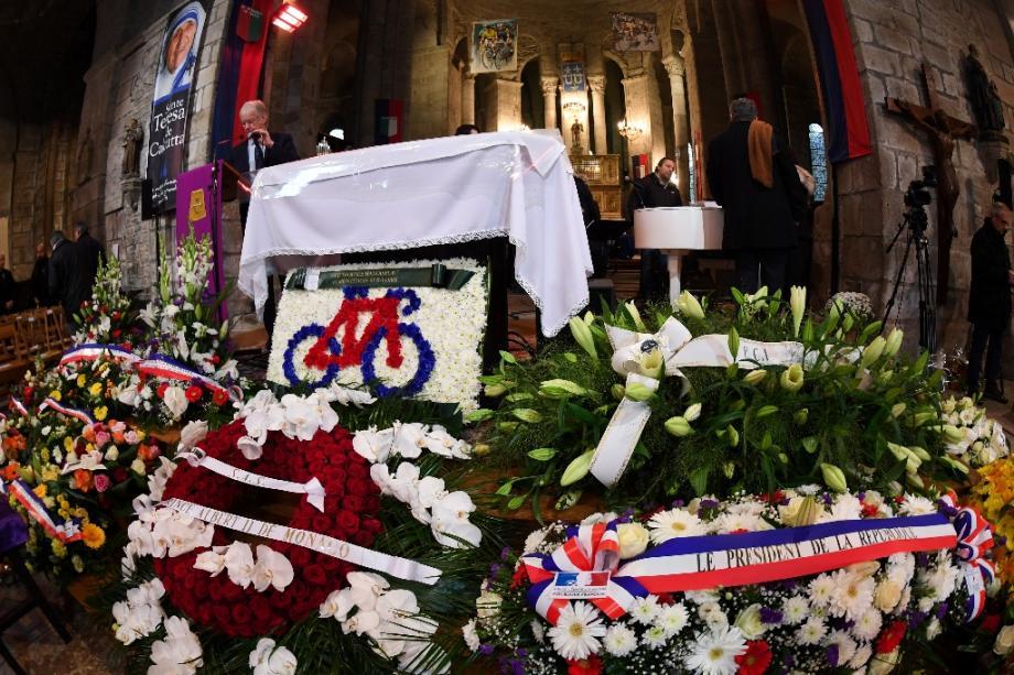 Des fleurs du Président de la République (d) et du Prince de Monaco (c) pour les funérailles de Raymond Poulidor, à Saint-Léonard-de-Noblat, le 19 novembre 2019