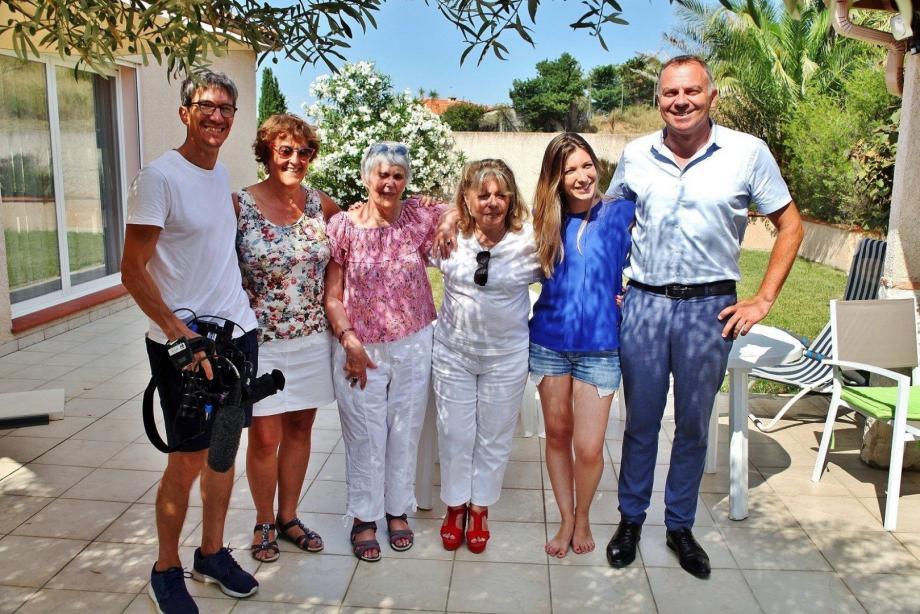 Lors du tournage pour Zone Interdite par l'équipe de M6, photo de famille pour immortaliser l'instant. De droite à gauche: le détective, Fabrice Brault, la réalisatrice Anaïs Ciura, Michèle Christophel, ses deux sœurs Josselyne et Françoise, et le caméraman.