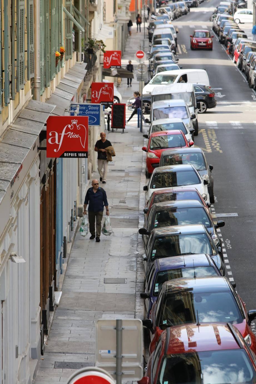 L'enseigne rouge et blanche de l'Alliance française se multiplie comme des petits pains, rue de Paris, pour grignoter les commerces et tout un immeuble.