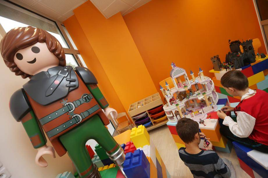 """Lumineuse. Spacieuse. Colorée. La """"ludochouette"""" de plus de 210m2 se compose de cinq espaces dont la salle """"des univers"""" où les Playmobil et autres Lego sont à disposition."""