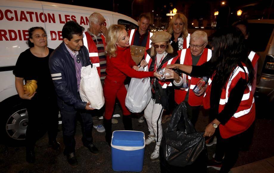 « Il est indispensable de redoubler d'effort et de se mobiliser pour venir au secours des plus malheureux. » Lundi soir, la princesse Camilla de Bourbon des Deux-Siciles était avec les bénévoles pour participer à la tournée à Nice et venir en aide à quelque 350 personnes dans le besoin.