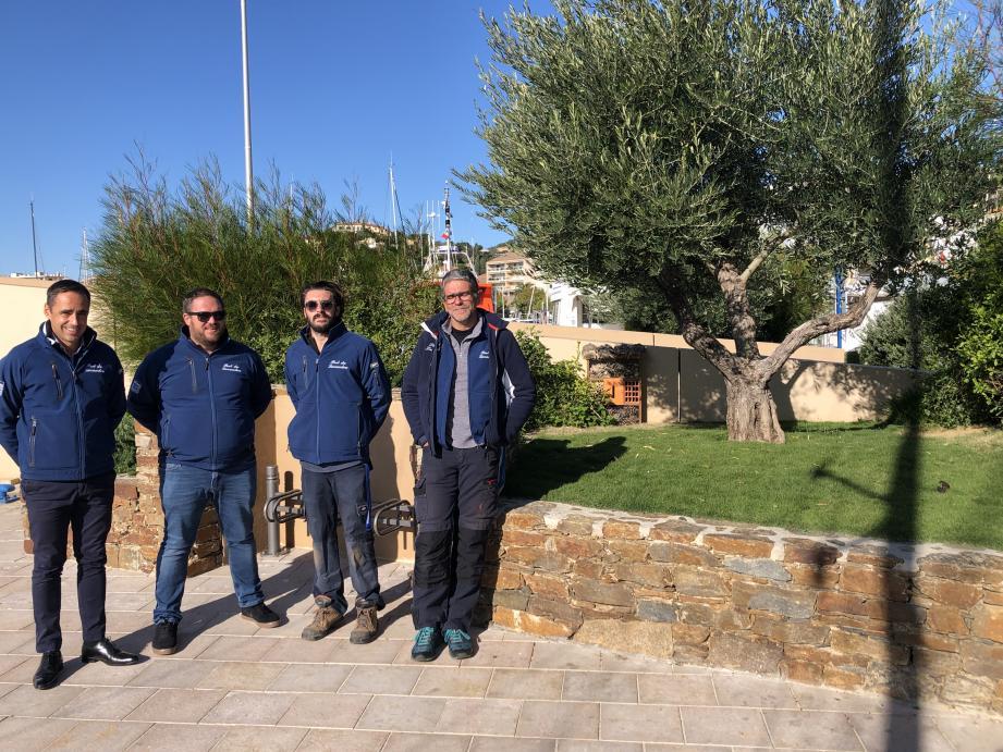 L'équipe du port (de g. à d., Florent Bacci, Vincent Bérenguier, Maxime Spangaro, agent portuaire chargé du suivi des nurseries et Frédéric Abonnen) devant un massif réhabilité où a été installée une cabane à insectes.