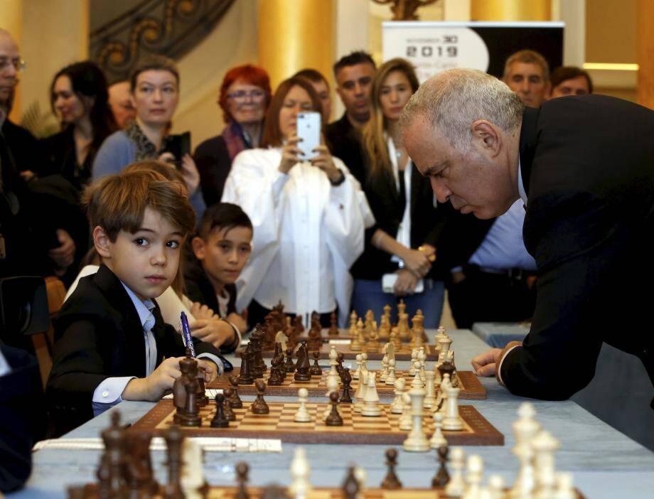 Le légendaire joueur d'échecs, samedi matin, dans le lobby de l'hôtel de Paris s'est prêté à l'exercice de seize parties simultanées avec des enfants.