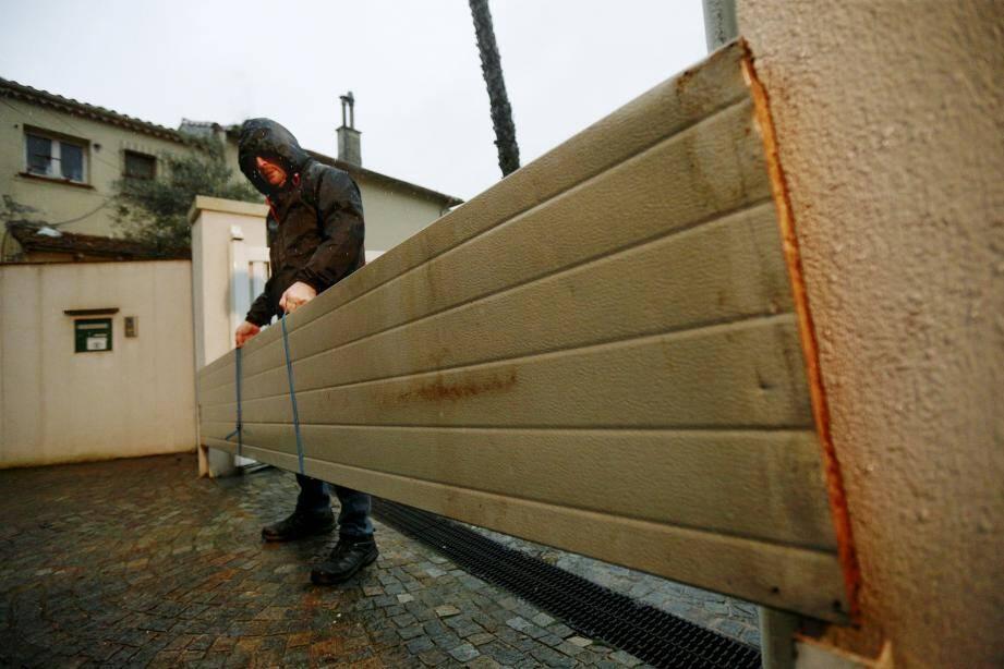 À chaque grosse pluie, Antony installe des sortes de barrières de protection afin de freiner le débit d'eau qui risquerait d'inonder son terrain puis sa maison.