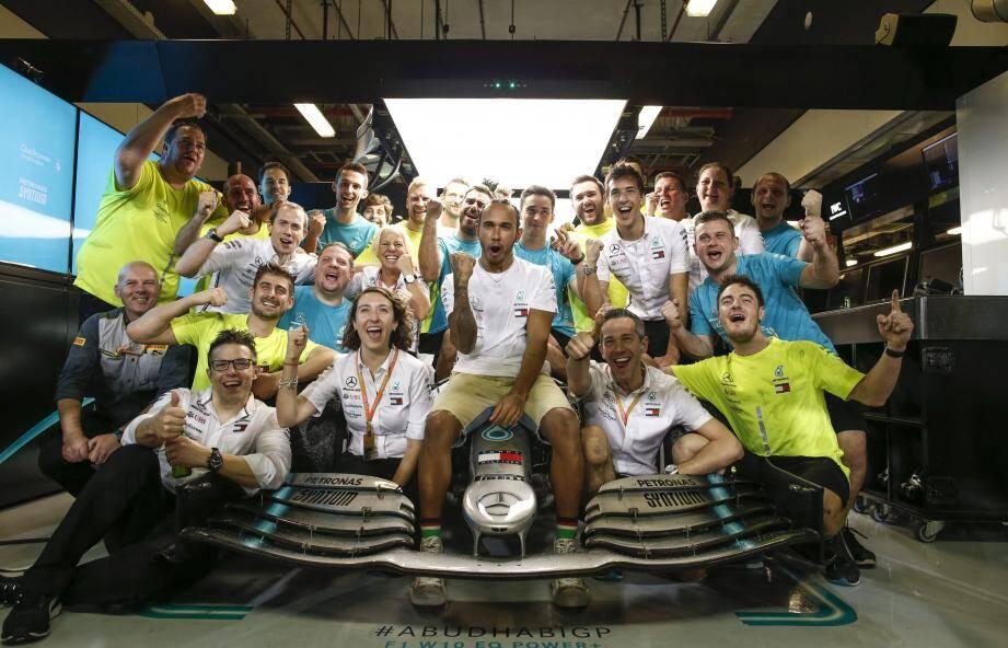 « Je suis très fier de cette équipe et reconnaissant. Même avec le championnat acquis, nous voulions rester concentrés et extraire encore le maximum de cette si belle voiture. C'est une œuvre d'art ! ». Un hommage signé Lewis Hamilton.