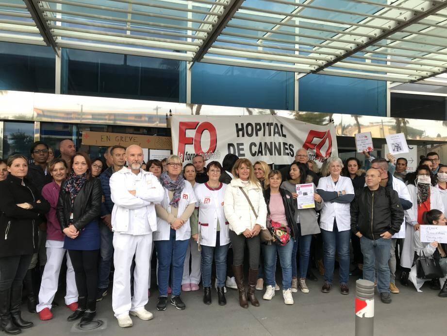 Un rassemblement a été organisé en début d'après-midi devant l'établissement hospitalier cannois.