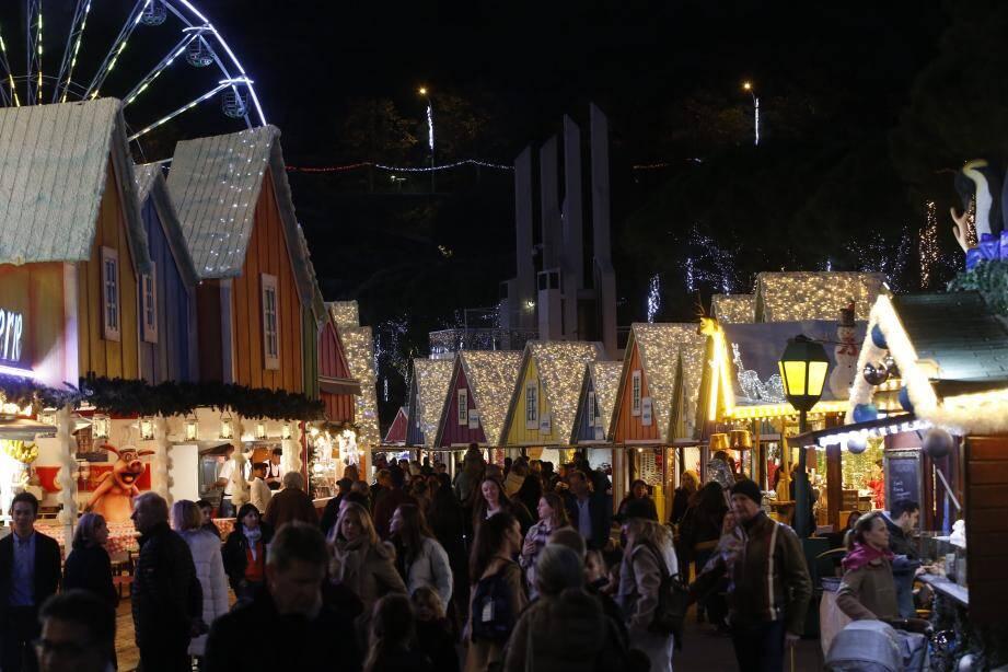 Il n'a pas fallut longtemps pour que l'allée principale du village de Noël soit bondée