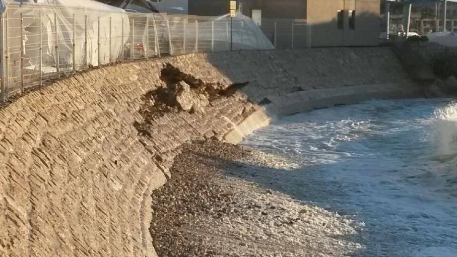 Une première à Cap-d'Ail : le mur perré de la plage Marquet s'est effondré.(DR)