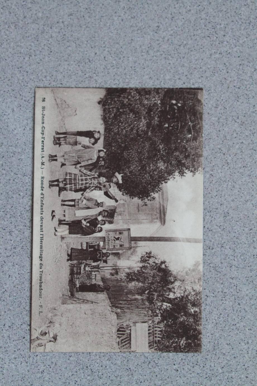 Jesse Brandani au milieu d'une ronde d'enfants, devant l'hermitage du troubadour.