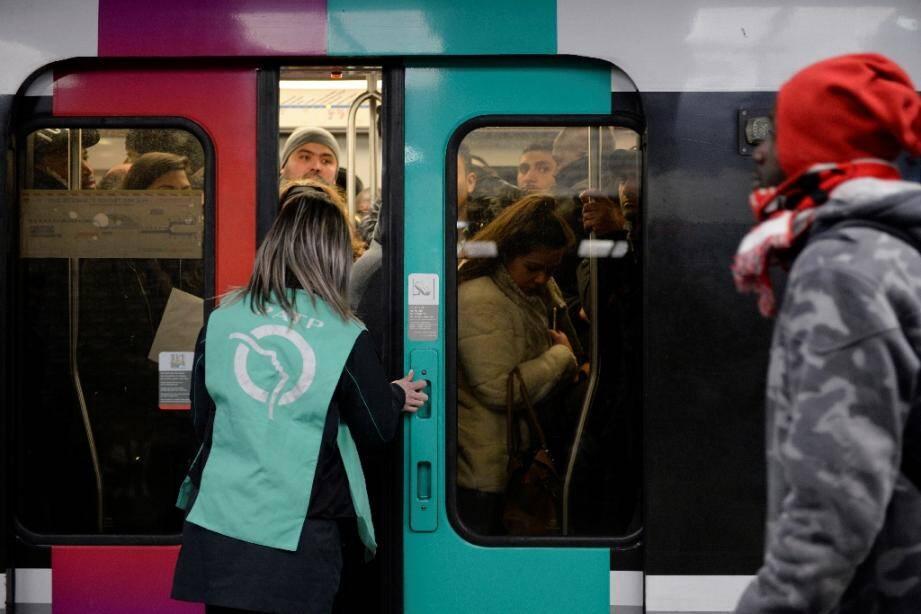 Cohue dans les rares métros parisiens, à Chatelet-les Halles, le 9 décembre 2019