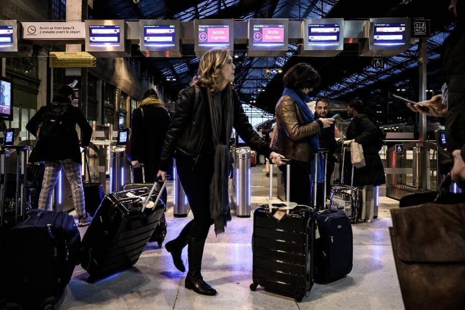 Des voyageurs à la gare de Lyon à Paris, le 20 décembre 2019.