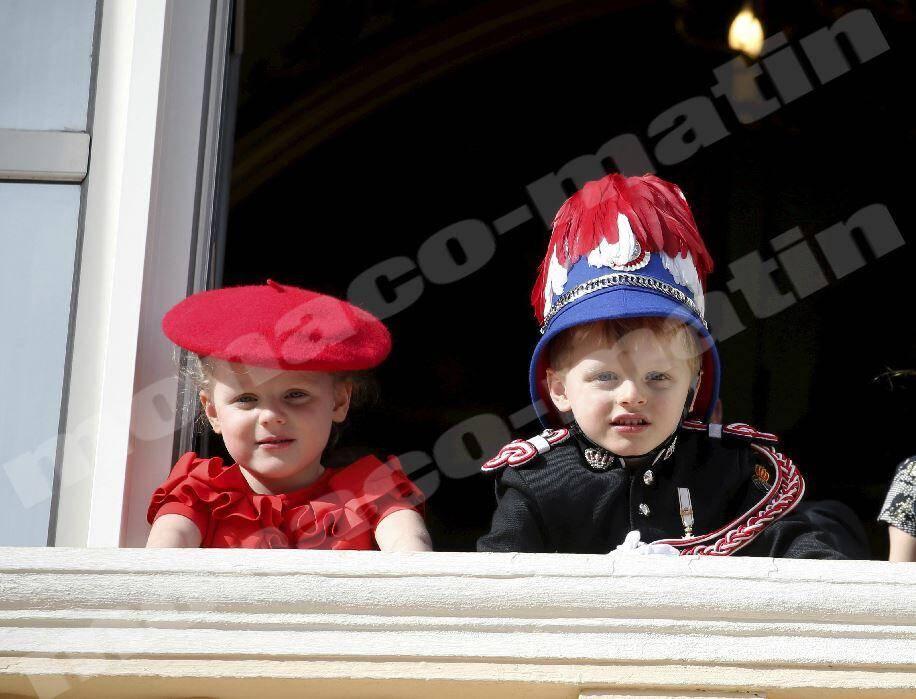 19 novembre.Attendus par la population réunie place du Palais, le prince héréditaire Jacques et la princesse Gabriella sont les vedettes de cette Fête nationale.