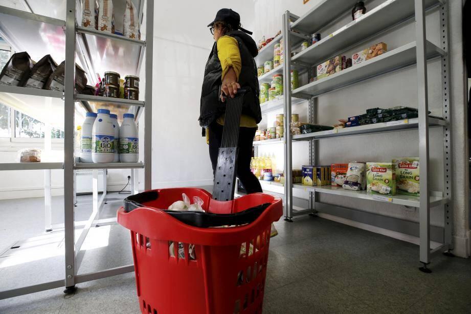 Une équipe de quatre personnes, dont deux bénévoles, accueille les bénéficiaires tous les mardis matins dans les locaux mis gratuitement à disposition par la commune.