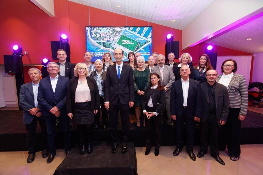 Le maire sortant Jean-Paul Joseph (au centre), et son équipe porteurs d'« Une vision d'avenir pour Bandol ».