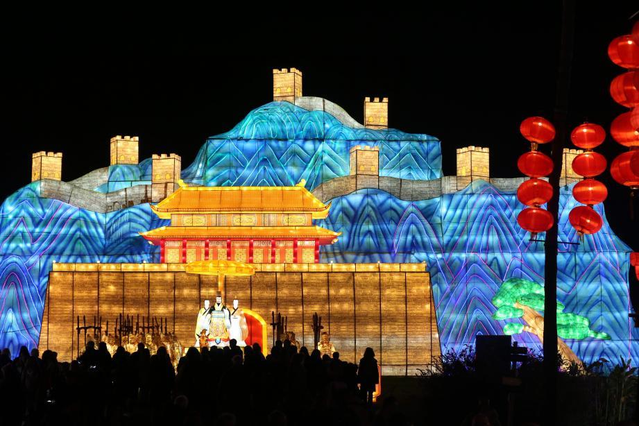 Ci-dessus, la grande muraille de Chine, haute de 18 mètres. Un chef-d'œuvre de volumes et d'éclairages. En haut à droite, sur un plan d'eau, deux dragons jouent avec la perle du bonheur…