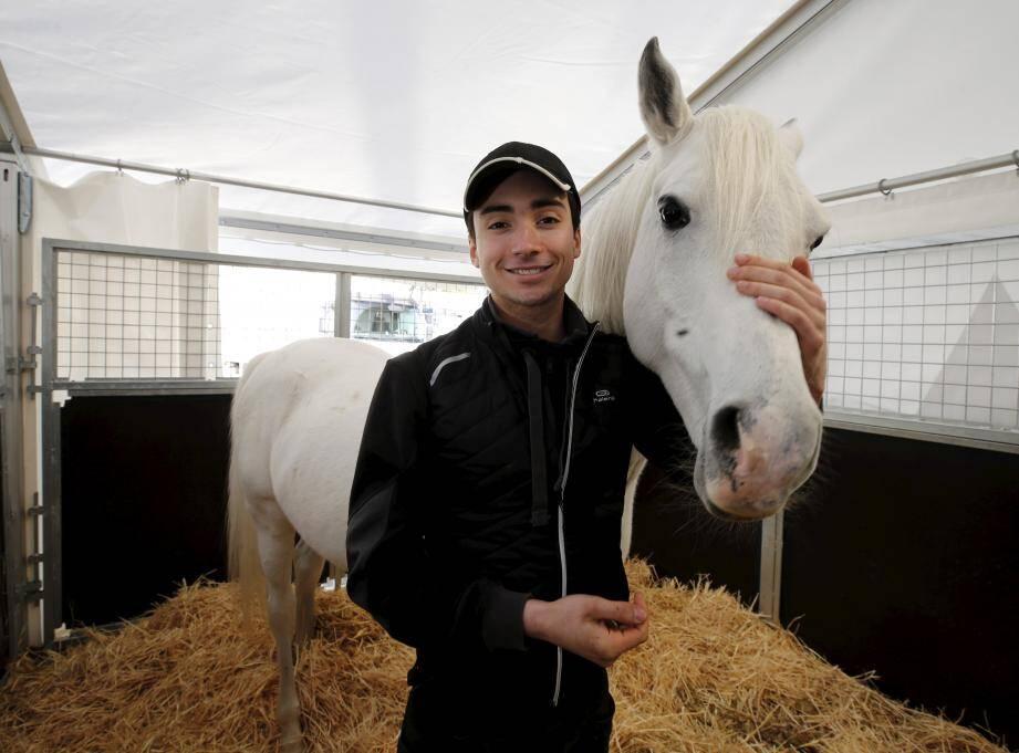 Tous les matins, Ivan Knie prend son petit-déjeuner dans les boxes avec les chevaux avant  d'entamer les premières répétitions de la journée.