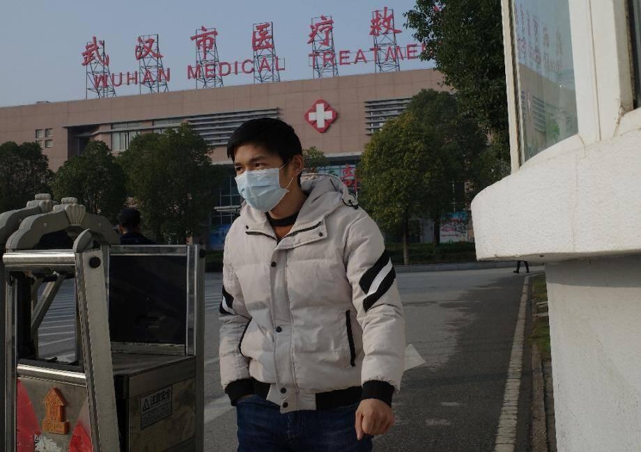 Un homme quitte le centre de médical de Wuhan le 12 janvier 2020, où des centaines de patients sont contaminés par un mystérieux virus et deux sont déjà morts