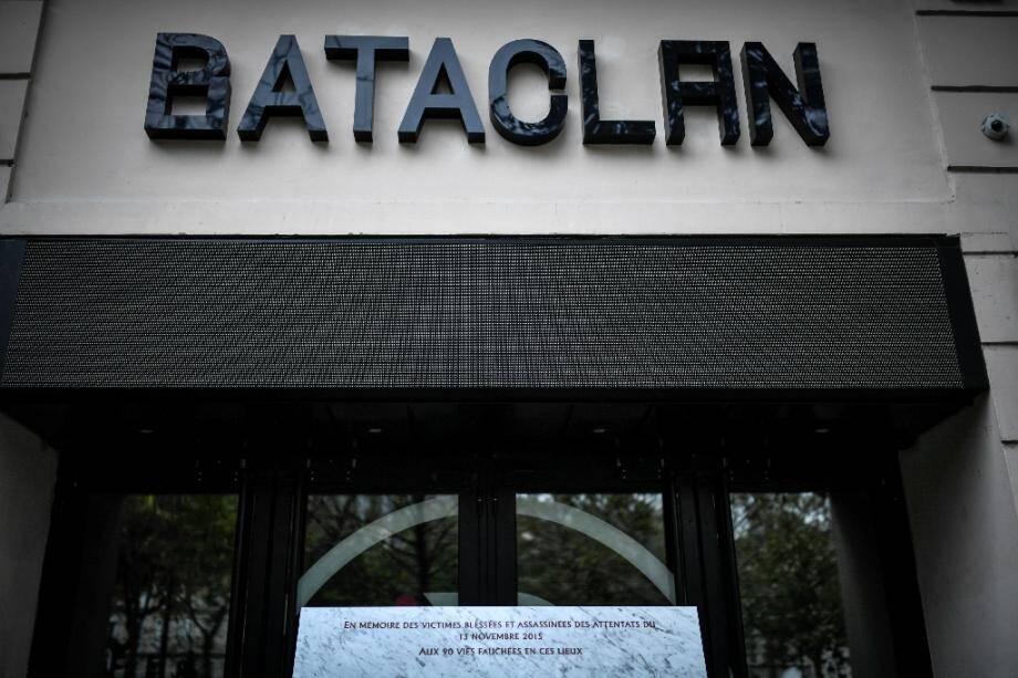 Une plaque commémorative sur la façade du  Bataclan, inaugurée en septembre 2019