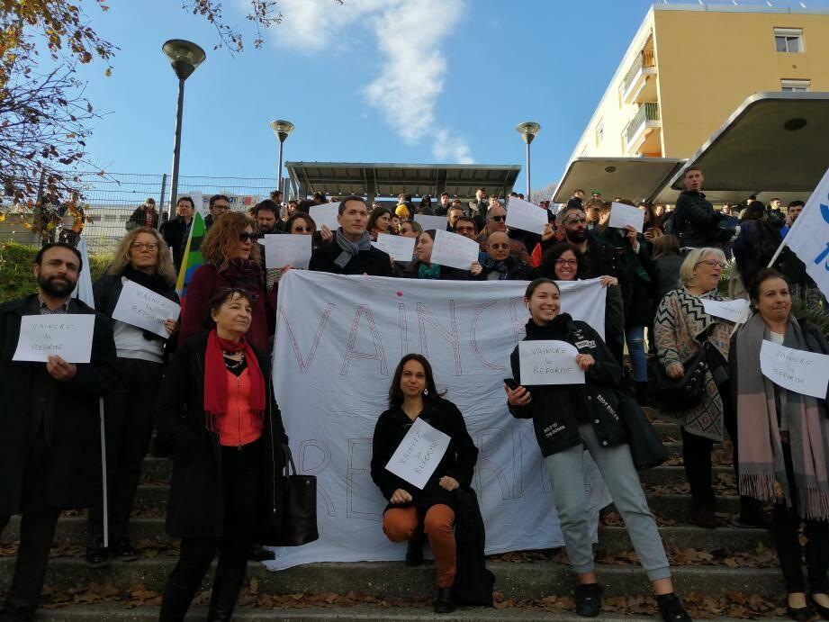 Les professeurs du lycée Curie ont protesté, mardi matin, contre la réforme des retraites, mais aussi contre celle du bac.