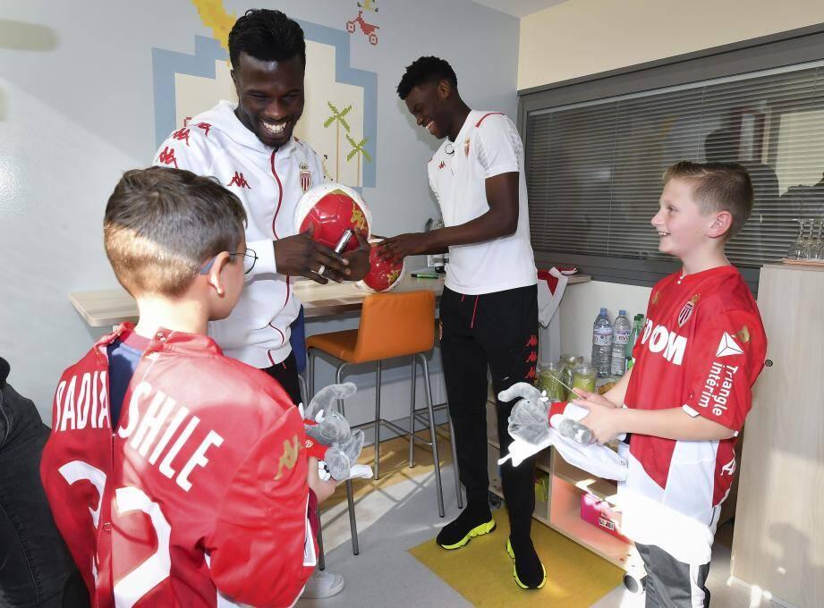 Maël et David ont le sourire. Leurs joueurs favoris (de gauche à droite Keita Baldé et Benoît Badiashile) sont venus les voir, les bras chargés de cadeaux.