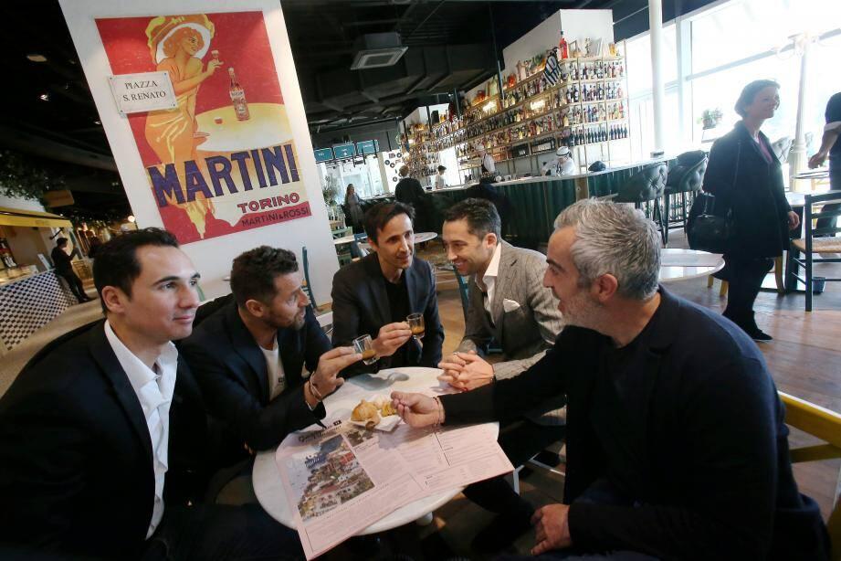 Benvenutti ! Pour leur 1er IT Villaggio, les créateurs Gio et Renato Iera (cafés en main) se sont associés aux franchisés Alexandre Clotilde, Romain Henry et Thibauld Vannesson. Ils visent 700 couverts par jour en semaine, prévision dépassée depuis l'ouverture.