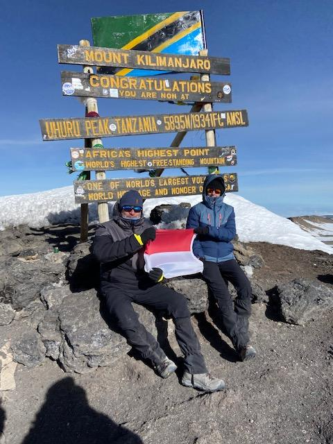 Nathalie et Thierry Villette posent fièrement avec le drapeau monégasque au sommet du mont Uhuru, à plus de 5 895 mètres d'altitude. Ils auront mis cinq jours pour atteindre le sommet.