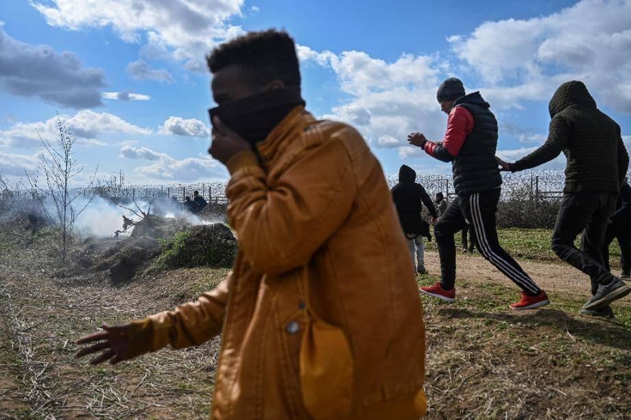 Migrants près de la frontière entre Turquie et Grèce près de Pazarkule le 7 mars 2020
