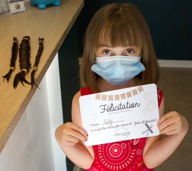 Cally a échangé ses cheveux contre un diplôme.