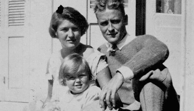 Zelda et Scott Fitzgerald, avec leur fille Scottie, après avoir quitté Hyères pour Saint-Raphaël.
